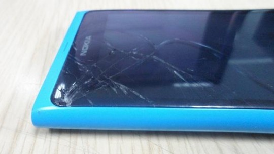 cracked-nokia-lumia-900